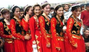民族衣装を着たウイグル族の女性