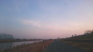 ウォーキング中の「河原の朝焼け」