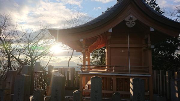 山頂の「本宮」と夕日