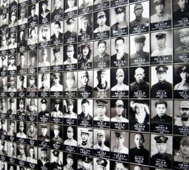 遊就館の中の戦没者写真