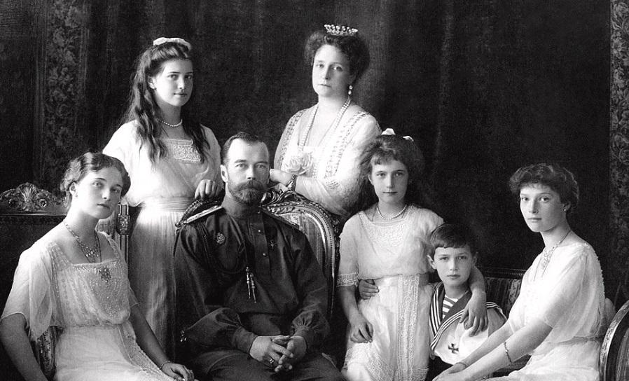 怪僧の虜になってしまった皇帝と皇后と4女1男の家族