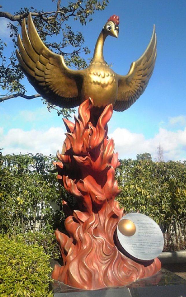 兵庫県宝塚市の「手塚治虫記念館」にある「火の鳥像」