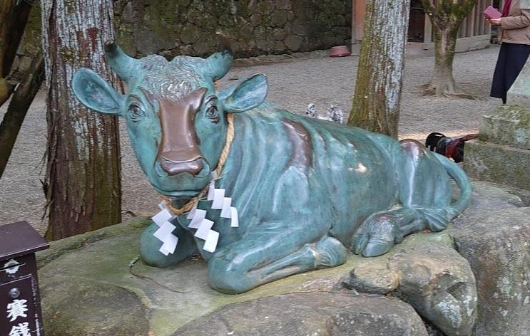 石上神宮の牛の像