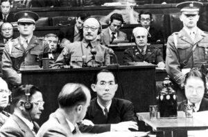 「東京裁判」に臨む東条英機首相